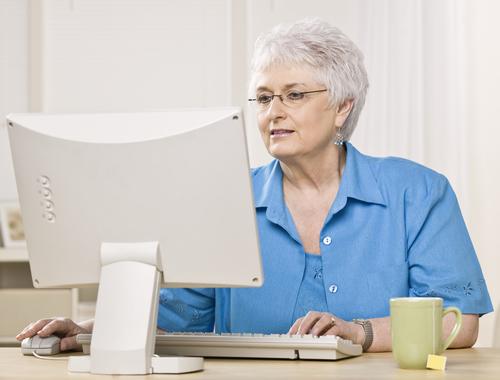 В Новгородской области пенсионеры и инвалиды успешно осваивают компьютер