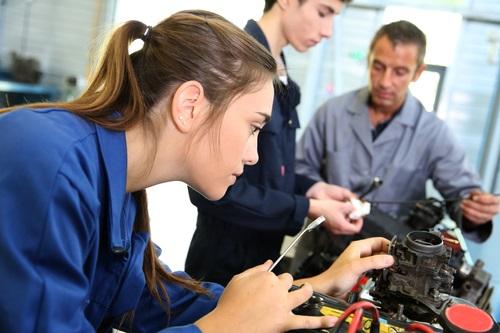 Все больше школьников выбирают среднее профессиональное образование